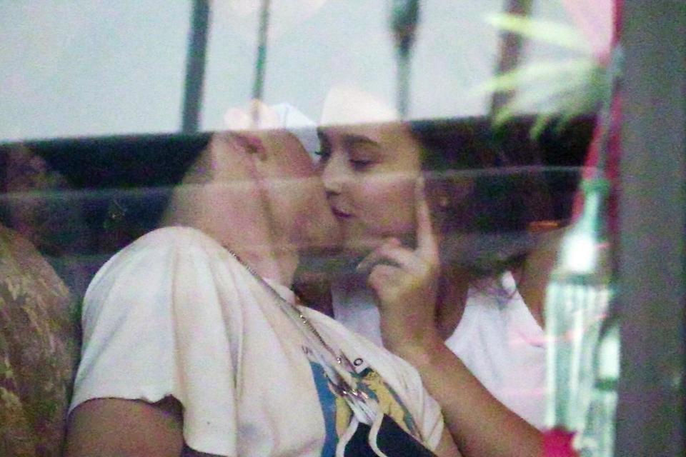 Chia tay Chloe Moretz, Brooklyn Beckham khoá môi với chân dài Playboy nóng bỏng - Ảnh 1.