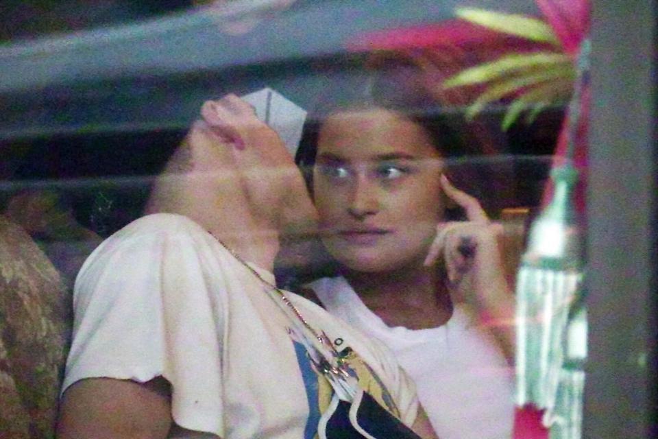 Chia tay Chloe Moretz, Brooklyn Beckham khoá môi với chân dài Playboy nóng bỏng - Ảnh 2.