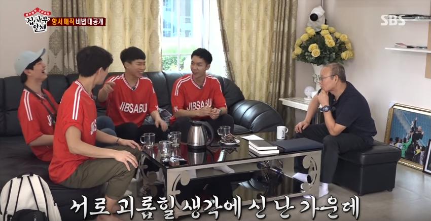 HLV Park Hang Seo ôm đầu cười khoái chí khi thấy Ngộ Không Lee Seung Gi đá bóng... hụt - Ảnh 2.