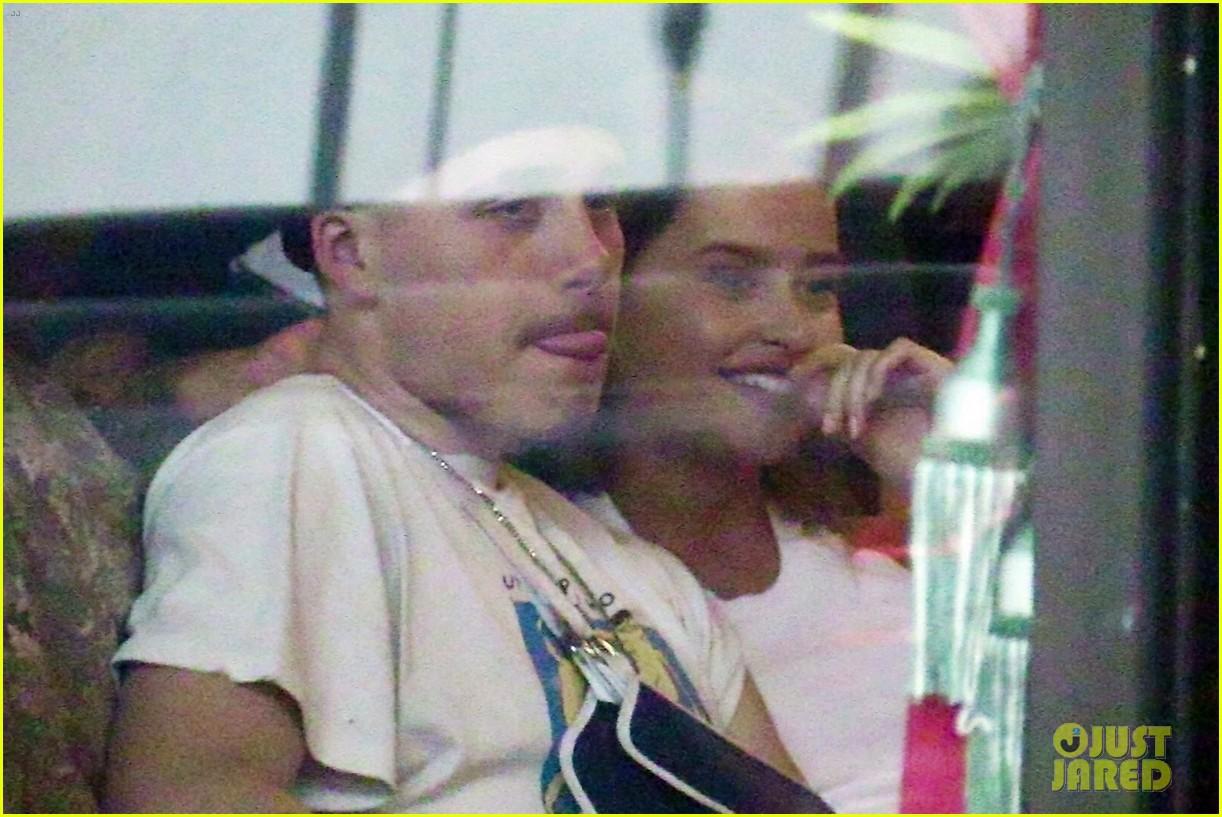 Chia tay Chloe Moretz, Brooklyn Beckham khoá môi với chân dài Playboy nóng bỏng - Ảnh 4.