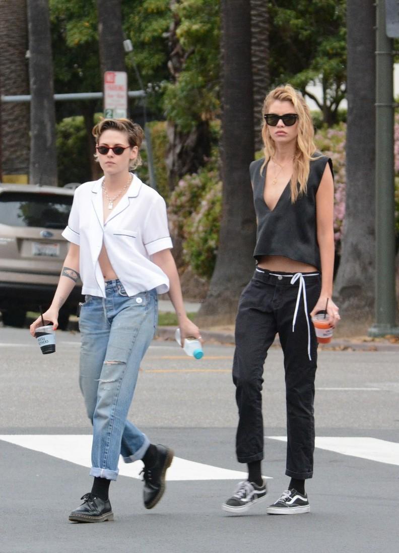 Kristen Stewart cùng người yêu đồng giới diện áo mát mẻ, thả rông vòng 1 trên phố - Ảnh 1.