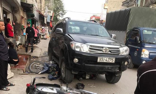 Vụ xe điên gây tai nạn thương tâm ở Hà Nội: Mẹ gãy chân nằm viện không hay biết con gái 7 tuổi đã mất - Ảnh 1.