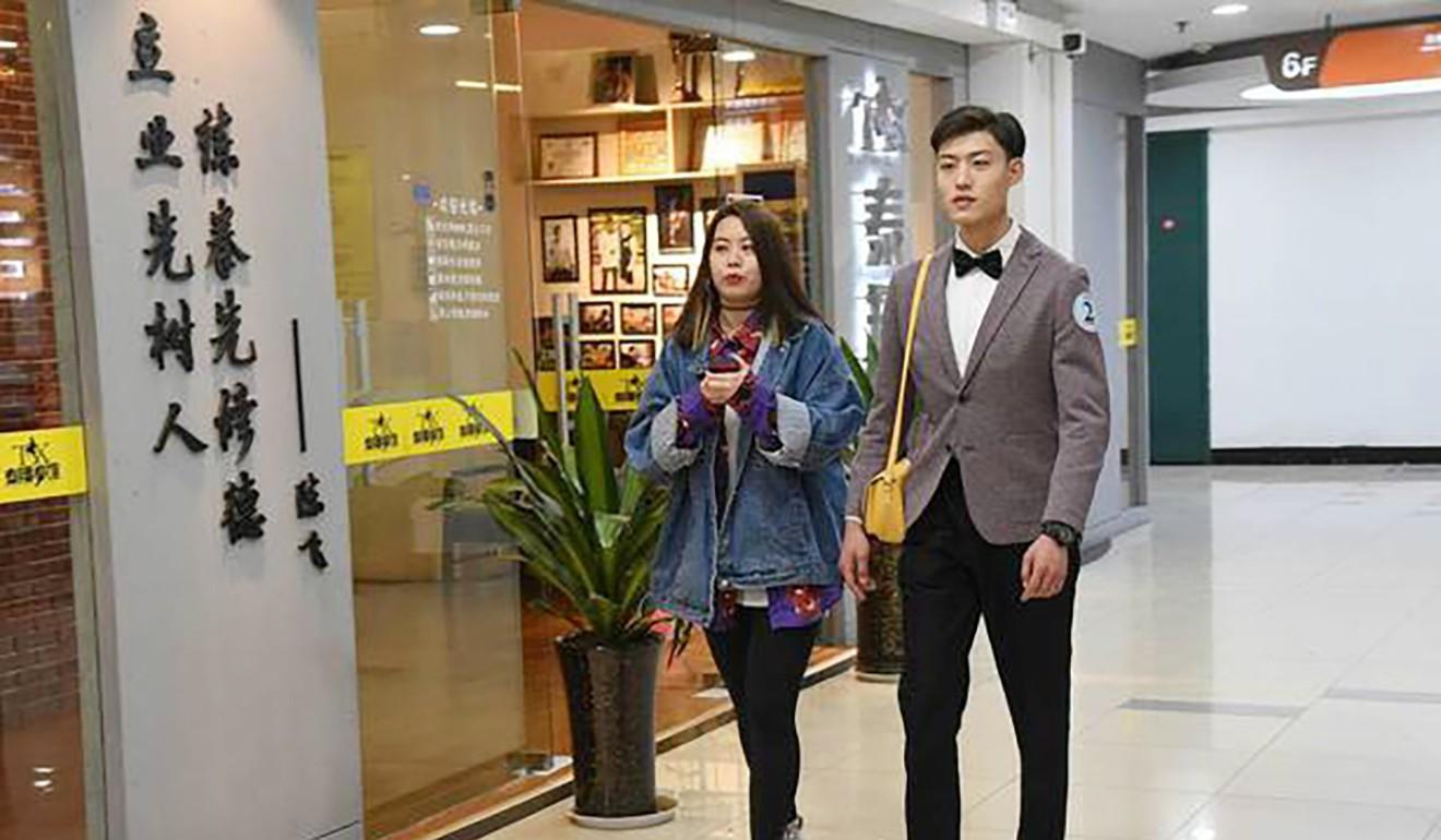 Hàn Quốc cho thuê oppa, Trung Quốc cũng có dịch vụ thuê soái ca đi siêu thị, xách túi chụp hình cùng các chị em - Ảnh 2.