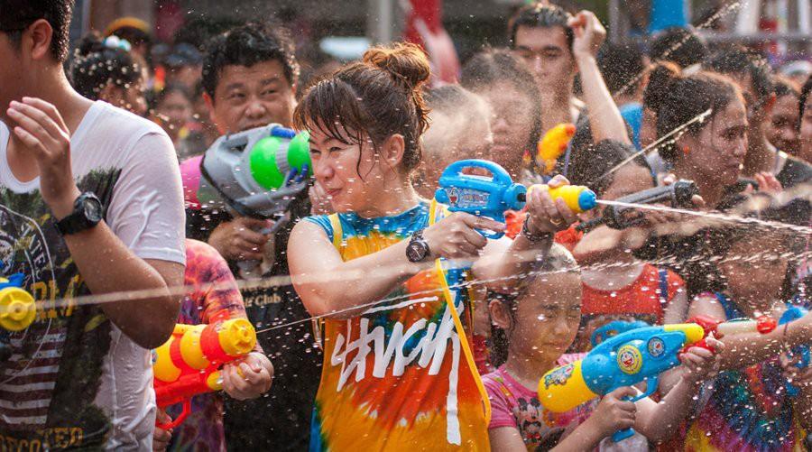 Câu chuyện xâm hại tình dục mỗi mùa lễ hội té nước Songkran: Khi nạn nhân vẫn bị đổ lỗi vì ăn mặc hở hang! - Ảnh 2.