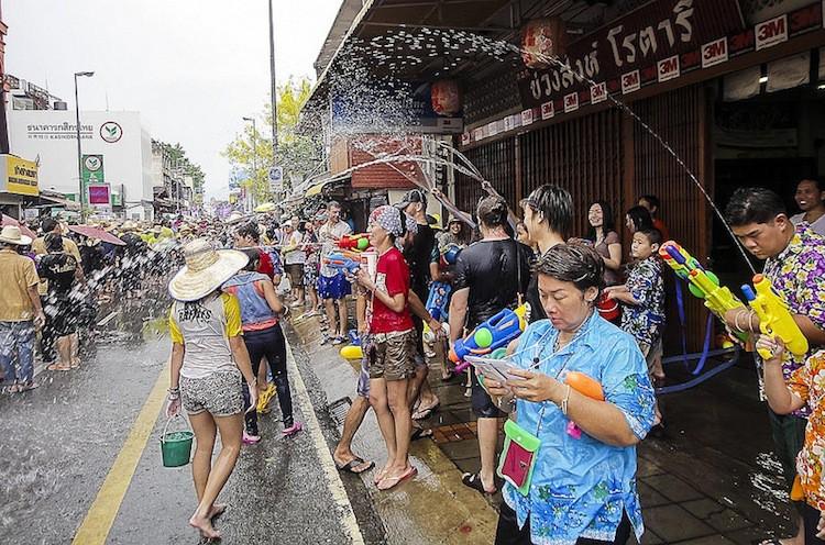 Câu chuyện xâm hại tình dục mỗi mùa lễ hội té nước Songkran: Khi nạn nhân vẫn bị đổ lỗi vì ăn mặc hở hang! - Ảnh 5.