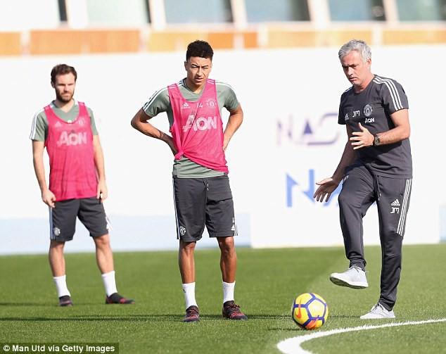 Mourinho sút thị phạm, cầu thủ Man Utd cười hết cỡ ở Dubai - Ảnh 1.