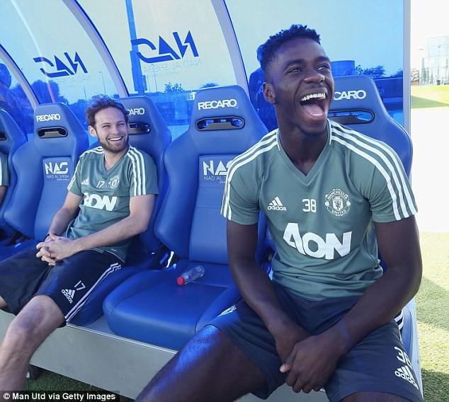 Mourinho sút thị phạm, cầu thủ Man Utd cười hết cỡ ở Dubai - Ảnh 5.