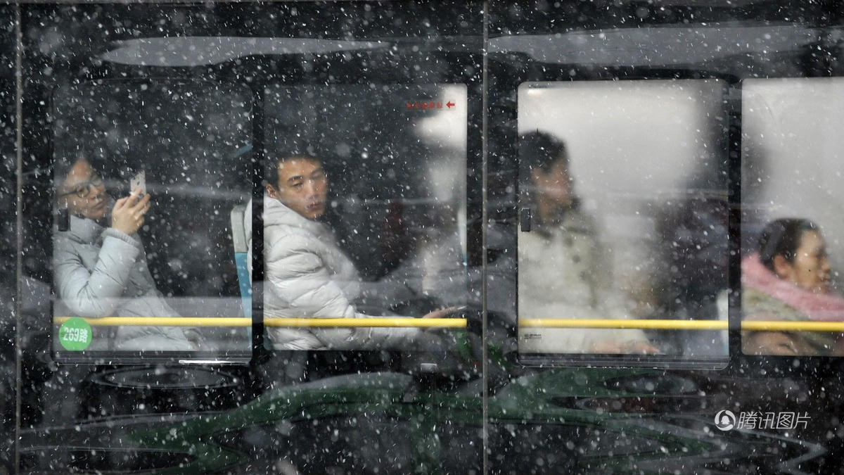 Cảnh tượng lạnh đầy khắc nghiệt tại Trung Quốc: Chị em phụ nữ quấn chăn, bịt kín lái xe máy đi làm - Ảnh 6.