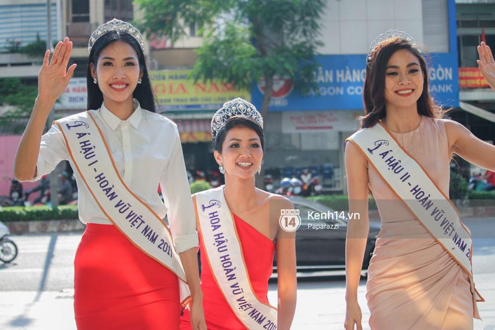 Một ngày làm việc từ sáng sớm đến tối mịt của Top 3 Hoa hậu Hoàn vũ Việt Nam 2017 - Ảnh 4.
