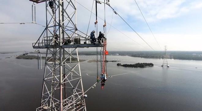 Hóa ra đây là cách đội ngũ kỹ sư Mỹ xử lý khi đường dây điện cao thế thấp hơn tàu chở hàng - Ảnh 2.