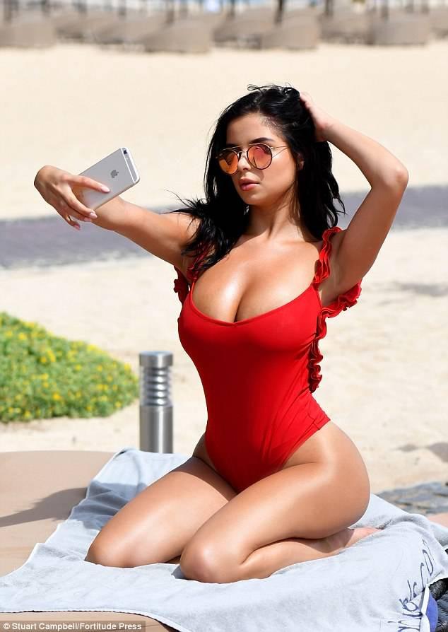 Demi Rose thiêu đốt bãi biển với nhan sắc xinh như Selena, body thì thách thức cả chị em Kim - Ảnh 2.