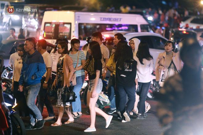 Đà Lạt chật kín du khách và phương tiện, các ngả đường ùn tắc kinh hoàng tối 30/4 - Ảnh 13.