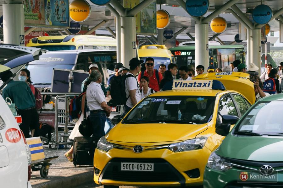Hàng trăm hành khách trở lại Sài Gòn, chật vật đón taxi ở sân bay Tân Sơn Nhất sau kỳ nghỉ 4 ngày - Ảnh 13.