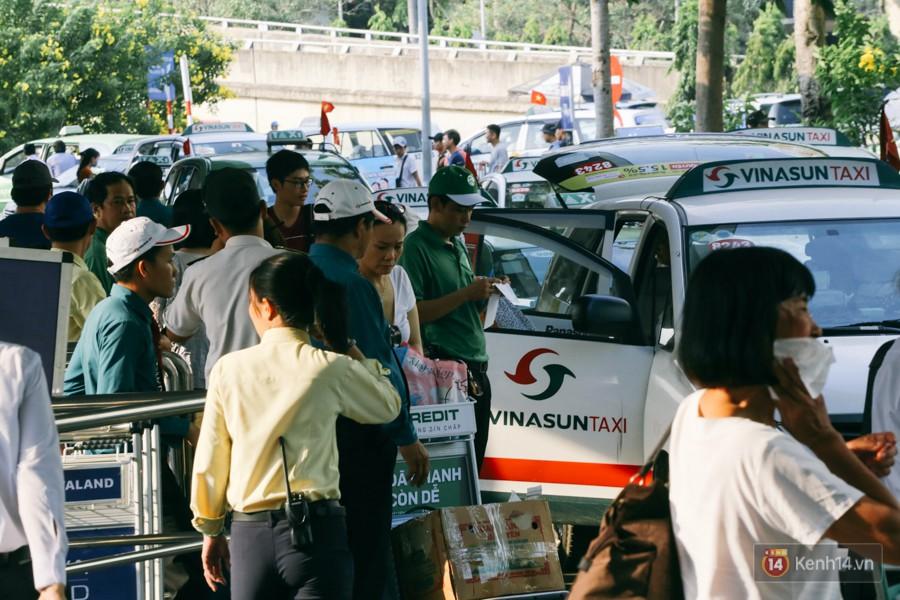 Hàng trăm hành khách trở lại Sài Gòn, chật vật đón taxi ở sân bay Tân Sơn Nhất sau kỳ nghỉ 4 ngày - Ảnh 11.