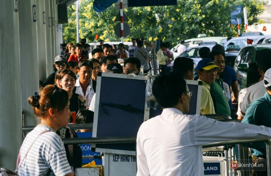 Hàng trăm hành khách trở lại Sài Gòn, chật vật đón taxi ở sân bay Tân Sơn Nhất sau kỳ nghỉ 4 ngày - Ảnh 18.