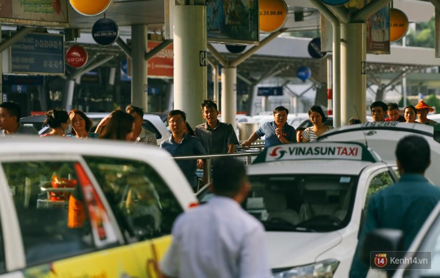 Hàng trăm hành khách trở lại Sài Gòn, chật vật đón taxi ở sân bay Tân Sơn Nhất sau kỳ nghỉ 4 ngày - Ảnh 14.