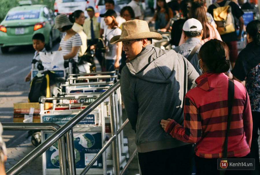 Hàng trăm hành khách trở lại Sài Gòn, chật vật đón taxi ở sân bay Tân Sơn Nhất sau kỳ nghỉ 4 ngày - Ảnh 7.