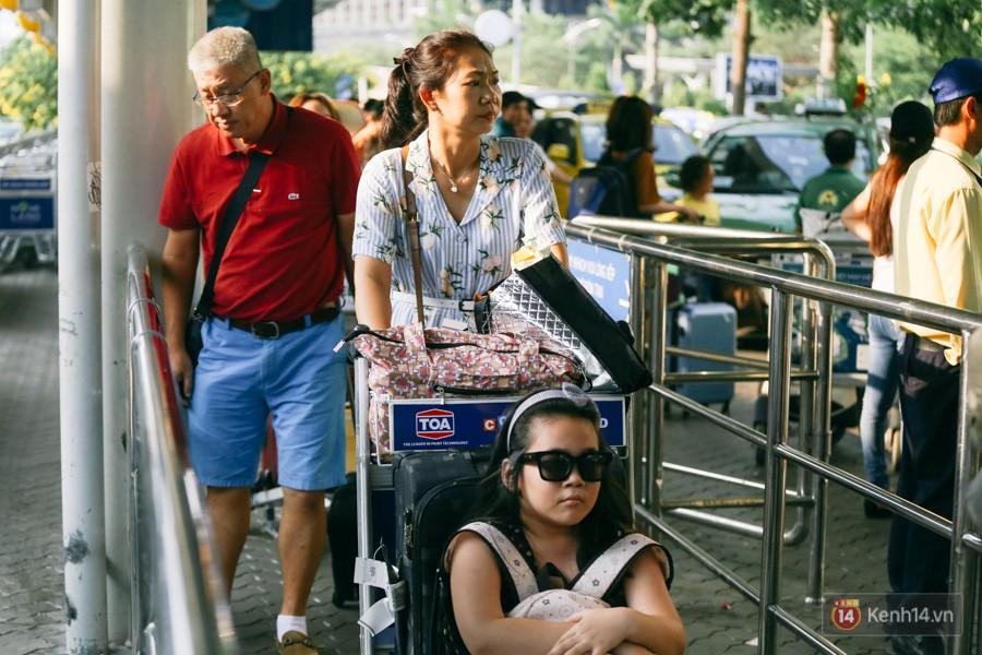 Hàng trăm hành khách trở lại Sài Gòn, chật vật đón taxi ở sân bay Tân Sơn Nhất sau kỳ nghỉ 4 ngày - Ảnh 5.