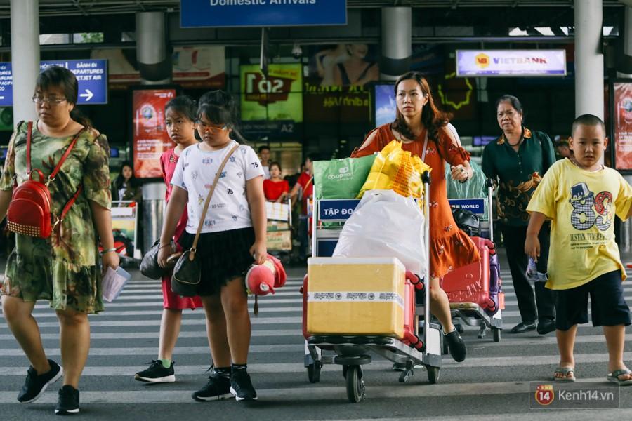 Hàng trăm hành khách trở lại Sài Gòn, chật vật đón taxi ở sân bay Tân Sơn Nhất sau kỳ nghỉ 4 ngày - Ảnh 3.