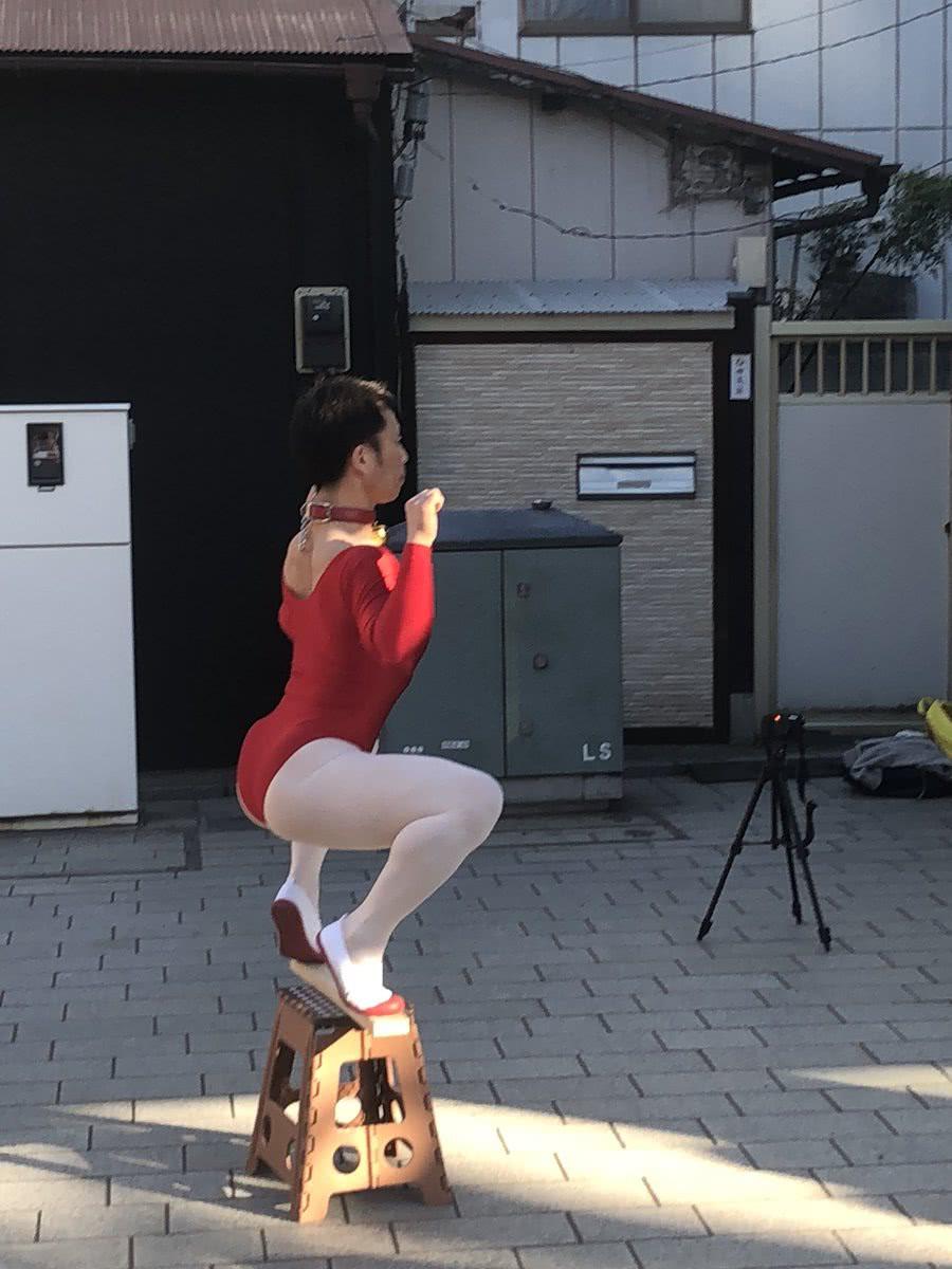 Thanh niên nổi tiếng khắp MXH Nhật Bản vì sở thích mặc đồ múa ballet ra đường - Ảnh 1.