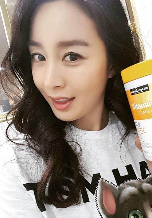 Loạt ảnh đối lập của Kim Tae Hee minh chứng: Selfie ảo diệu nhiều khi còn không đẹp bằng người qua đường chụp - Ảnh 1.