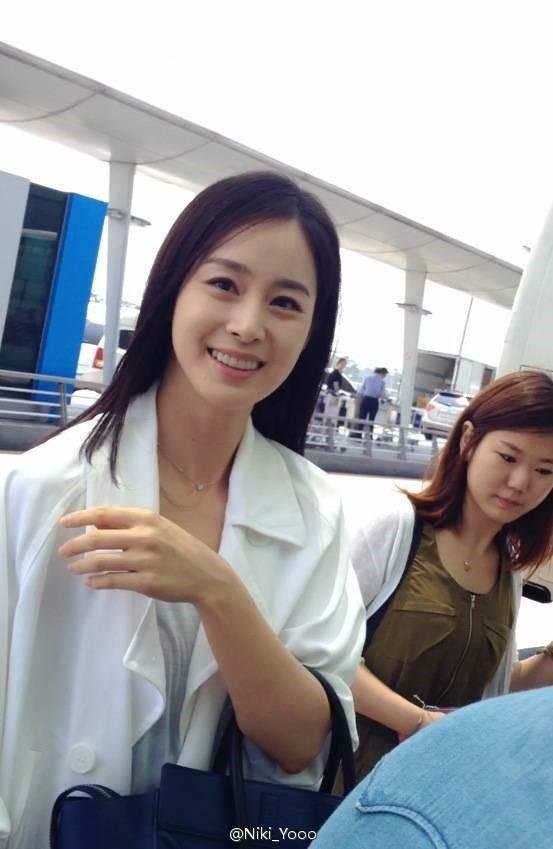 Loạt ảnh đối lập của Kim Tae Hee minh chứng: Selfie ảo diệu nhiều khi còn không đẹp bằng người qua đường chụp - Ảnh 10.