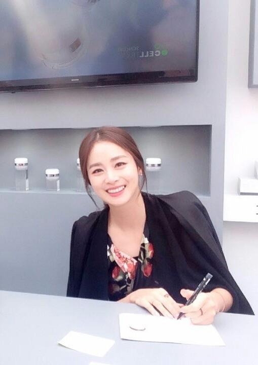 Loạt ảnh đối lập của Kim Tae Hee minh chứng: Selfie ảo diệu nhiều khi còn không đẹp bằng người qua đường chụp - Ảnh 12.
