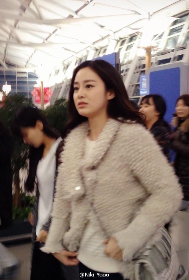Loạt ảnh đối lập của Kim Tae Hee minh chứng: Selfie ảo diệu nhiều khi còn không đẹp bằng người qua đường chụp - Ảnh 8.