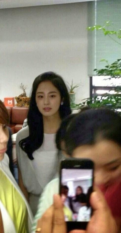 Loạt ảnh đối lập của Kim Tae Hee minh chứng: Selfie ảo diệu nhiều khi còn không đẹp bằng người qua đường chụp - Ảnh 11.