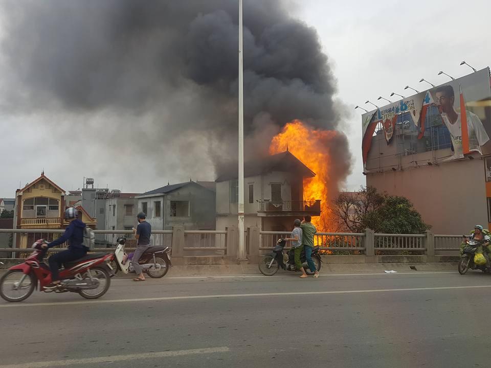 Cháy lớn tại cửa hàng chăn ga gối đệm dưới chân cầu Vĩnh Tuy - Ảnh 3.