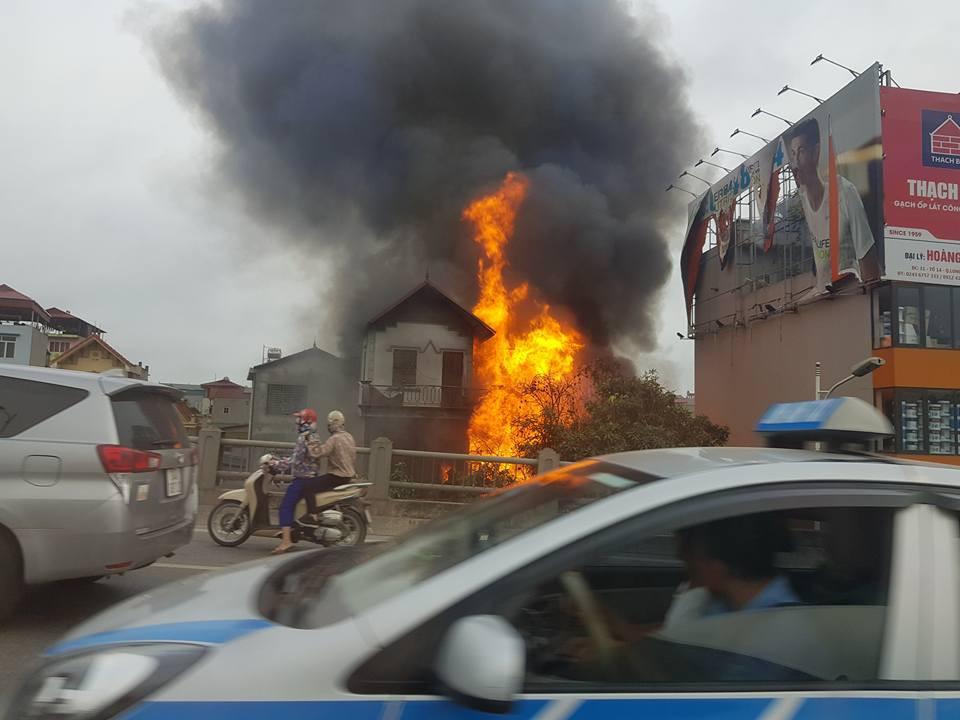 Cháy lớn tại cửa hàng chăn ga gối đệm dưới chân cầu Vĩnh Tuy - Ảnh 2.