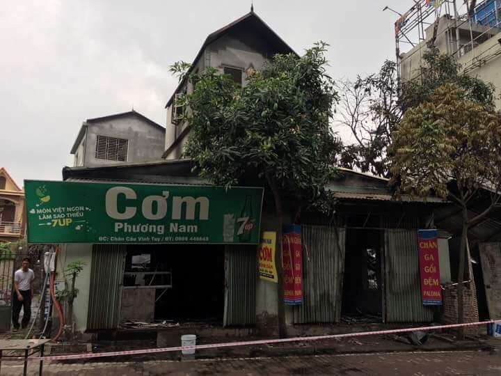Cháy lớn tại cửa hàng chăn ga gối đệm dưới chân cầu Vĩnh Tuy - Ảnh 4.