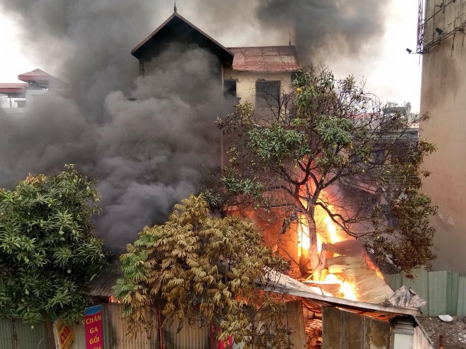 Cháy lớn tại cửa hàng chăn ga gối đệm dưới chân cầu Vĩnh Tuy - Ảnh 1.