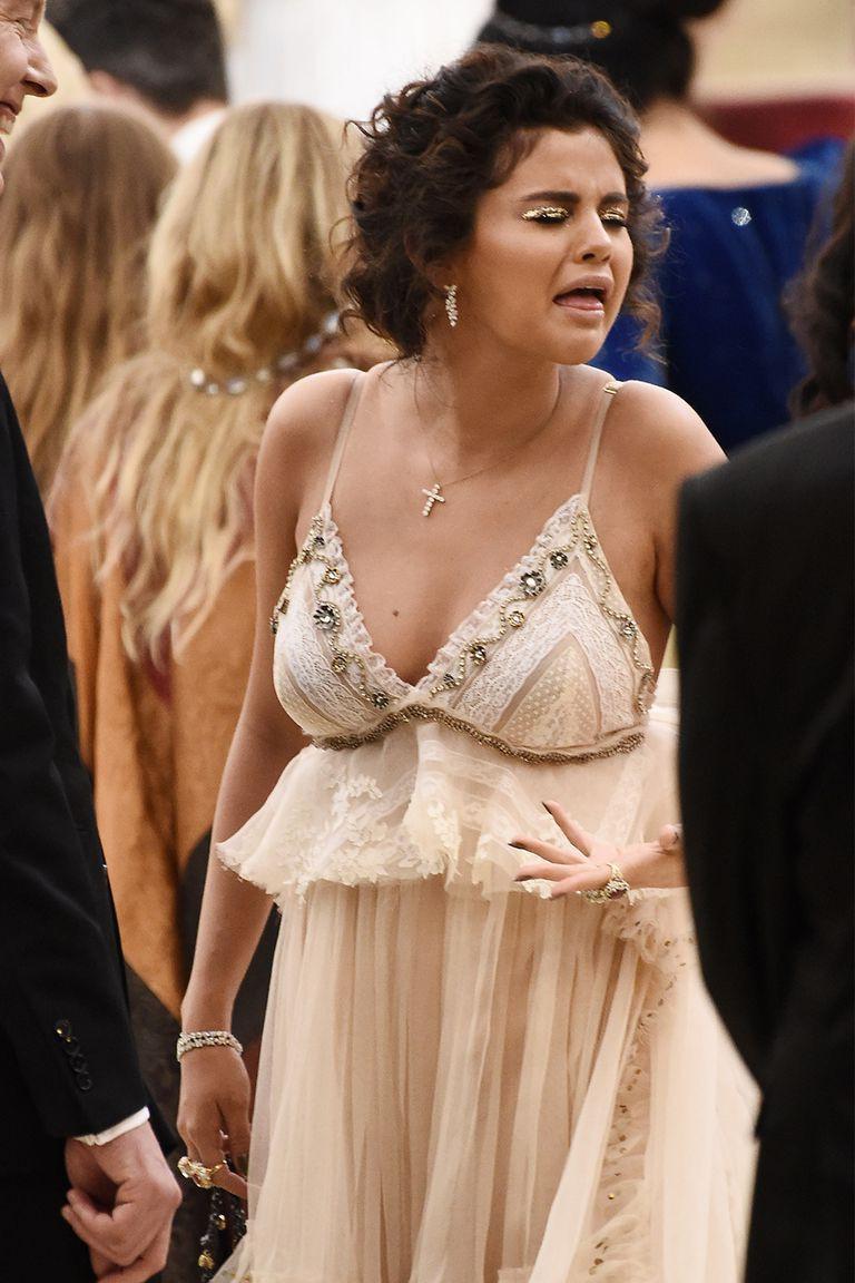 Hình như xem lại ảnh của mình tại Met Gala 2018, Selena Gomez cũng tự thấy sợ đến nỗi chạy mất dép - Ảnh 6.
