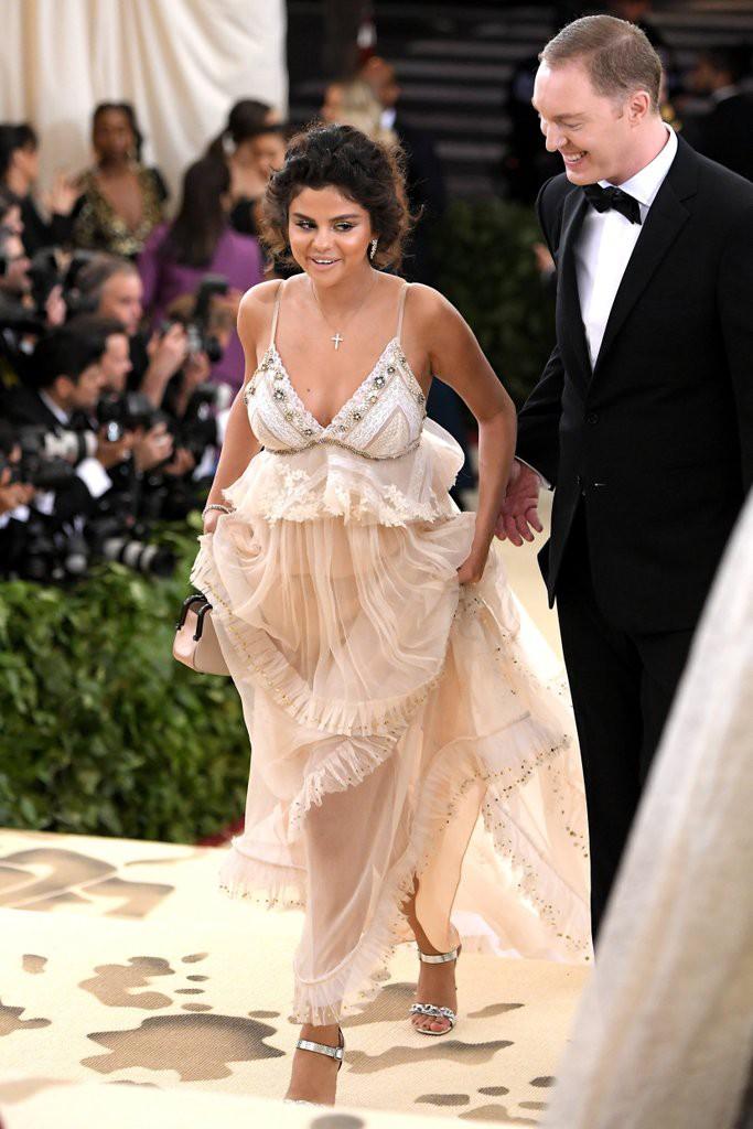 Hình như xem lại ảnh của mình tại Met Gala 2018, Selena Gomez cũng tự thấy sợ đến nỗi chạy mất dép - Ảnh 1.