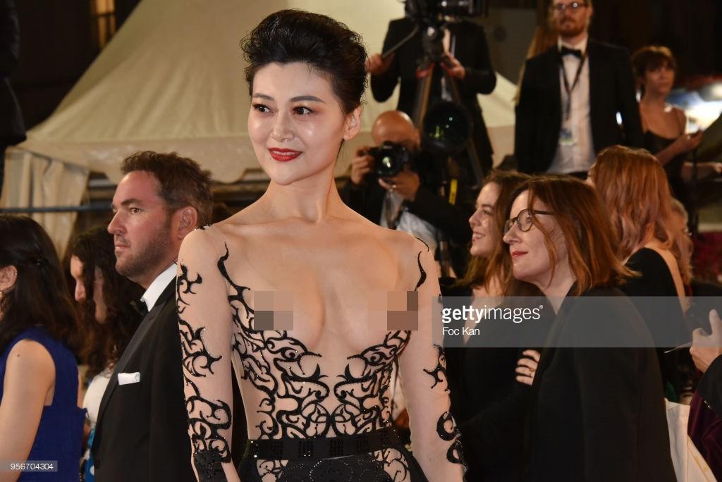 Sự thật bẽ bàng về tấm vé tới Cannes của mỹ nhân Trung Quốc chơi trội lộ nhũ hoa tại thảm đỏ - Ảnh 1.
