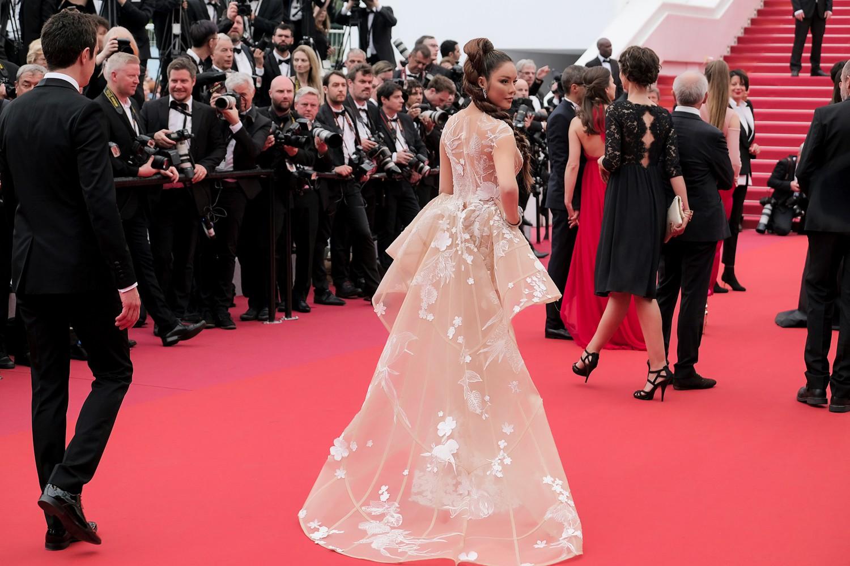 Sau váy áo Lọ Lem, Lý Nhã Kỳ tóc thắt bím hóa Báo đen quyền lực trên thảm đỏ Cannes ngày 2 - Ảnh 7.