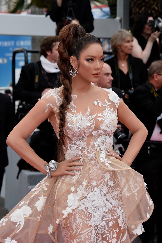 Sau váy áo Lọ Lem, Lý Nhã Kỳ tóc thắt bím hóa Báo đen quyền lực trên thảm đỏ Cannes ngày 2 - Ảnh 3.