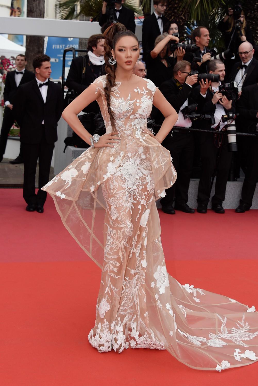 Sau váy áo Lọ Lem, Lý Nhã Kỳ tóc thắt bím hóa Báo đen quyền lực trên thảm đỏ Cannes ngày 2 - Ảnh 2.