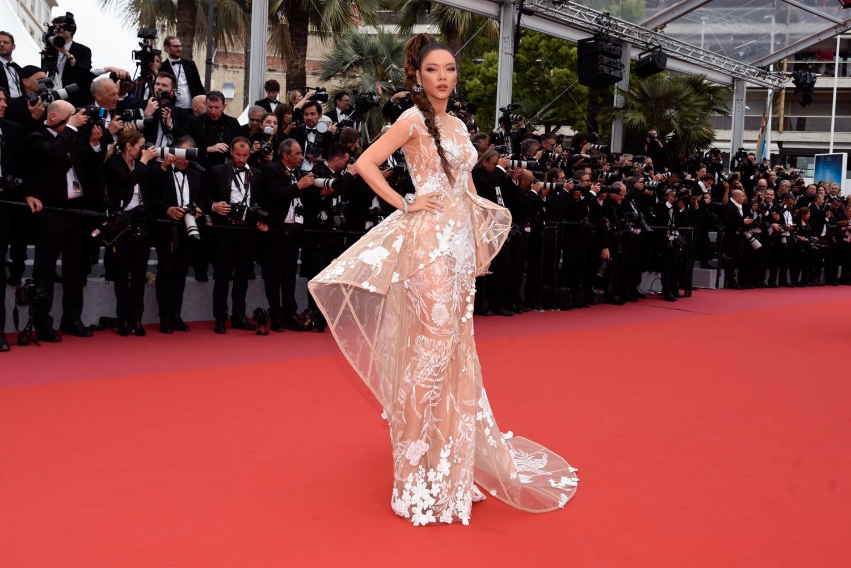 Sau váy áo Lọ Lem, Lý Nhã Kỳ tóc thắt bím hóa Báo đen quyền lực trên thảm đỏ Cannes ngày 2 - Ảnh 6.