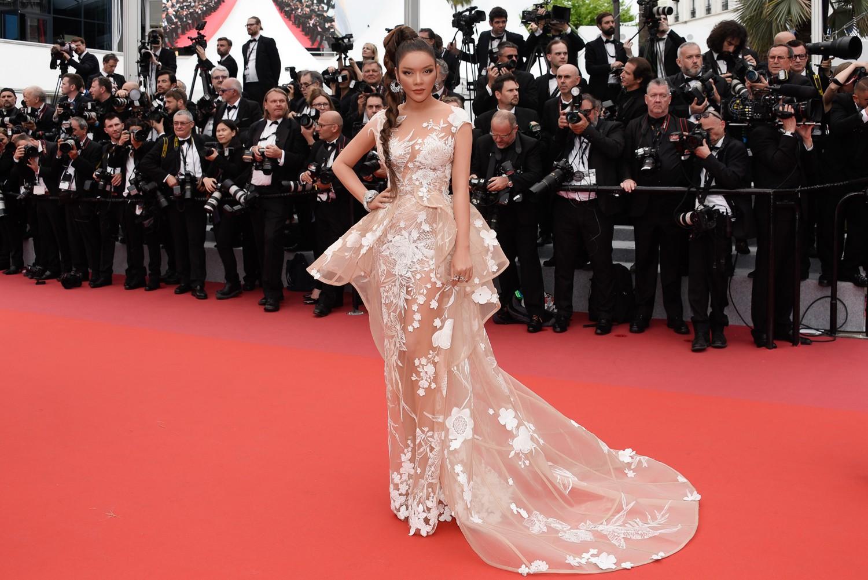 Sau váy áo Lọ Lem, Lý Nhã Kỳ tóc thắt bím hóa Báo đen quyền lực trên thảm đỏ Cannes ngày 2 - Ảnh 5.