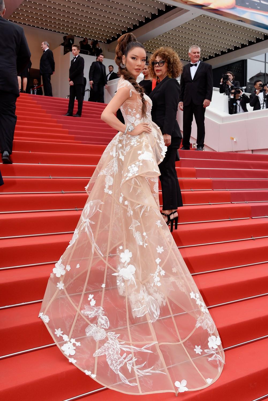 Sau váy áo Lọ Lem, Lý Nhã Kỳ tóc thắt bím hóa Báo đen quyền lực trên thảm đỏ Cannes ngày 2 - Ảnh 4.