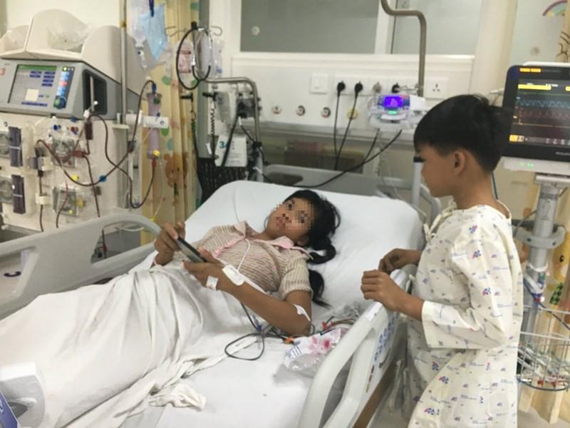 Hai chị em đang được chăm sóc tại khoa Hồi sức tích cực chống độc BV Nhi đồng TP (Bình Chánh, TP.HCM). Ảnh: HL