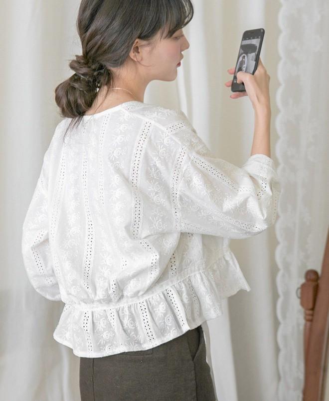 Áo đục lỗ tưởng là mốt cũ nhưng lại là mẫu áo xinh xẻo vô cùng cho hè này - Ảnh 7.