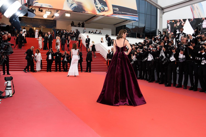Ngày 3 lên thảm đỏ Cannes, Lý Nhã Kỳ chuyển hẳn sang tông tím từ váy áo đến makeup chuẩn quý cô thập niên 80 - Ảnh 6.