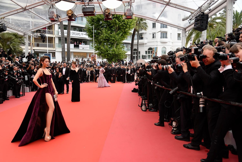 Ngày 3 lên thảm đỏ Cannes, Lý Nhã Kỳ chuyển hẳn sang tông tím từ váy áo đến makeup chuẩn quý cô thập niên 80 - Ảnh 2.
