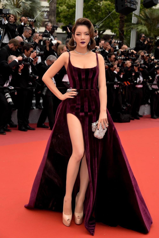 Ngày 3 lên thảm đỏ Cannes, Lý Nhã Kỳ chuyển hẳn sang tông tím từ váy áo đến makeup chuẩn quý cô thập niên 80 - Ảnh 3.