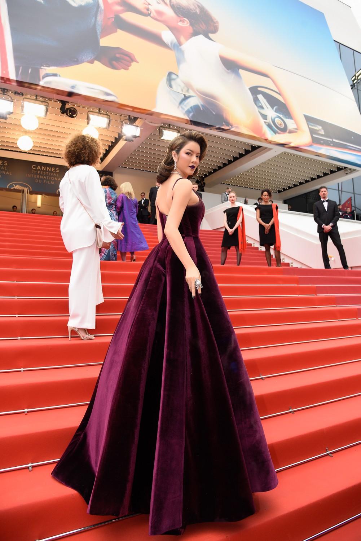 Ngày 3 lên thảm đỏ Cannes, Lý Nhã Kỳ chuyển hẳn sang tông tím từ váy áo đến makeup chuẩn quý cô thập niên 80 - Ảnh 7.