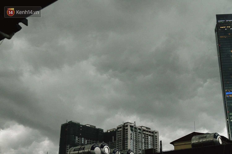 Sau bao ngày nắng nóng đổ lửa, Hà Nội đã có mưa trên diện rộng - Ảnh 2.