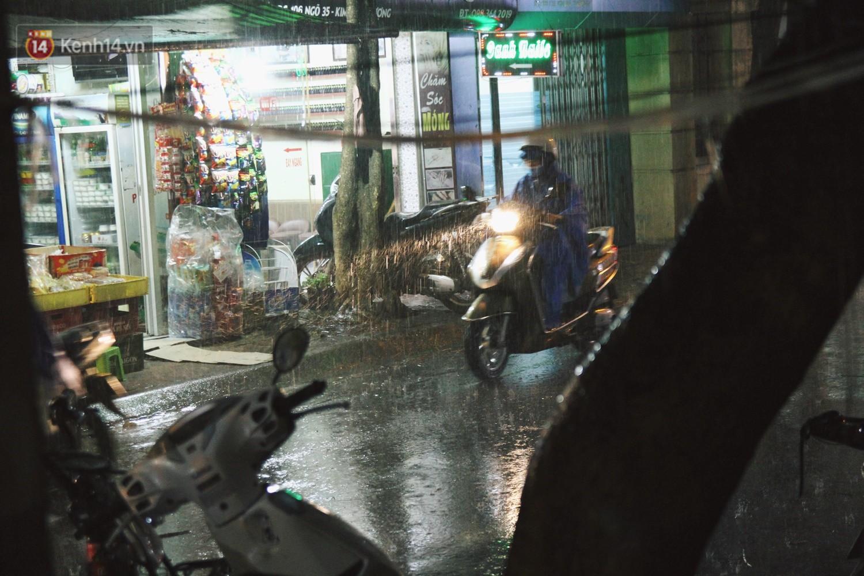 Sau bao ngày nắng nóng đổ lửa, Hà Nội đã có mưa trên diện rộng - Ảnh 9.
